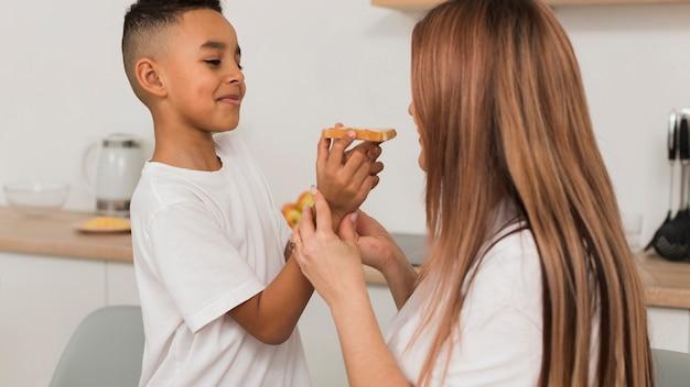 母と息子がピザを食べる
