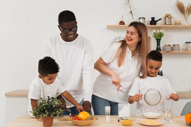 Многокультурная семья готовит на кухне вместе