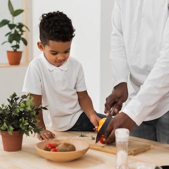Сын помогает отцу на кухне