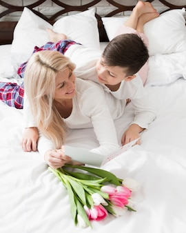 高角度の母と息子のベッド