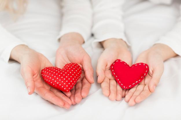 Вид сверху красные сердца подарки