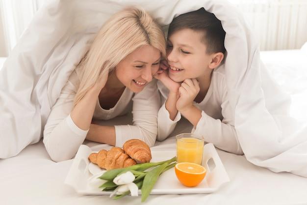 Высокий угол завтрака в постели для мамы