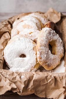 Крупным планом пончики с сахарной пудрой