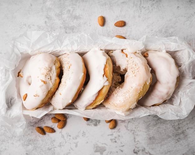 Вид сверху пончики с глазурью