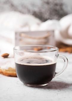 Макро чашка кофе с пончиком