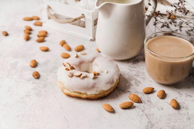 ドーナツとコーヒーのクローズアップカップ