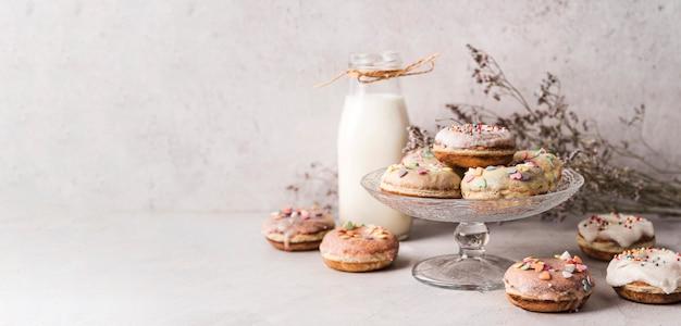 Вид спереди пончики с глазурью на столе
