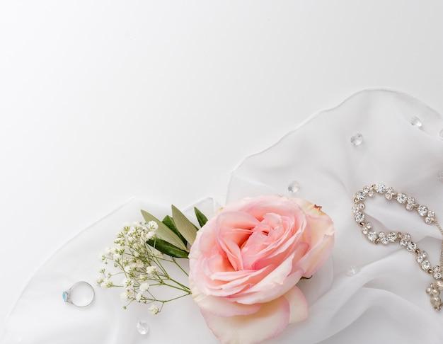 テーブルの上の花嫁のジュエリー