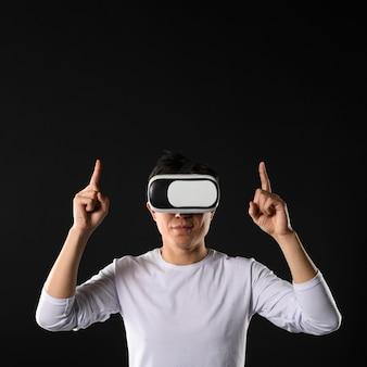 Человек с гарнитурой виртуальной реальности, указывая выше