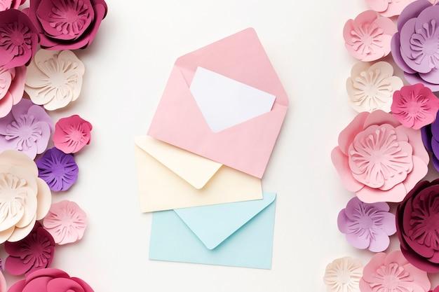 花の装飾品とグリーティングカード