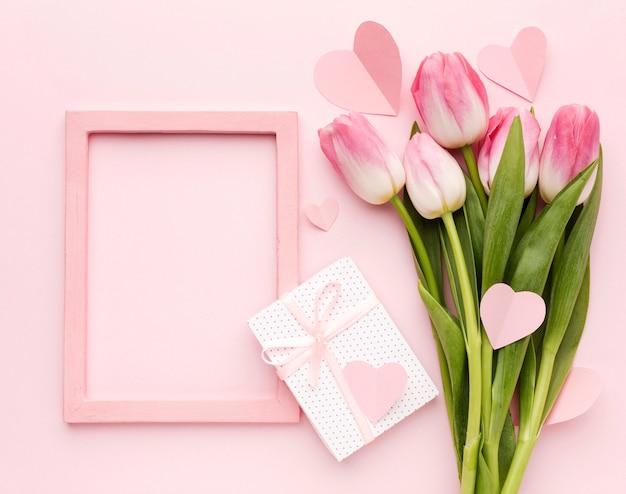 Вид сверху тюльпаны и подарок