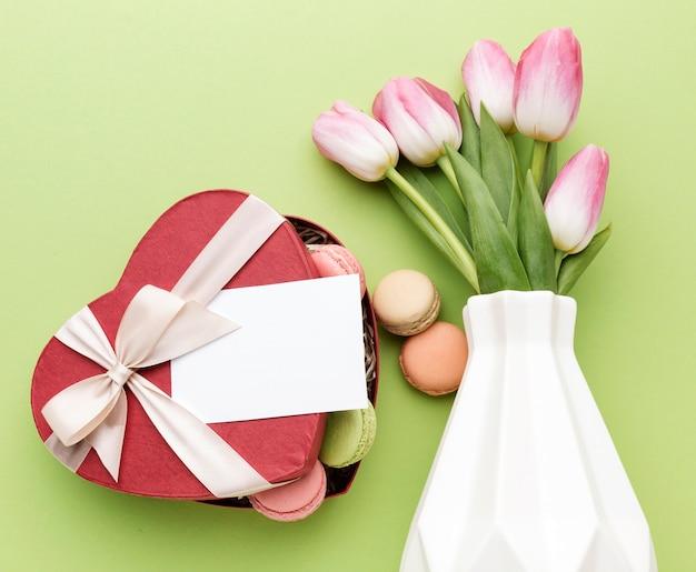 マカロンとチューリップの花束