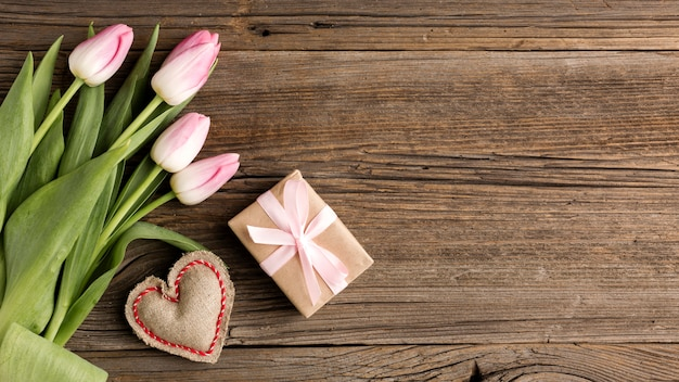 Тюльпаны с подарком рядом