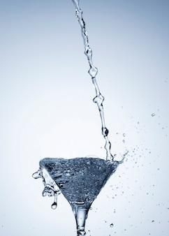 ガラスのクローズアップで現実的な水のしぶき