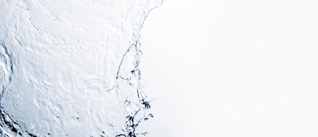 コピースペースで白い背景に透明な液体の形