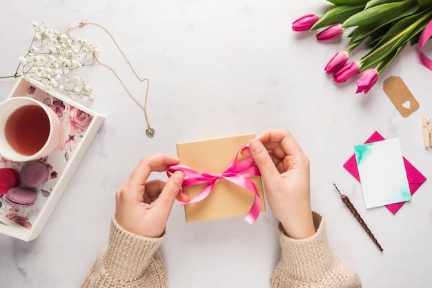 母の日の贈り物を飾る手