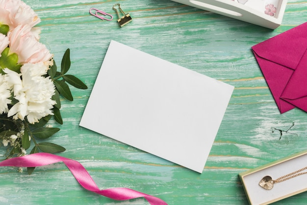 Пустая открытка с цветами