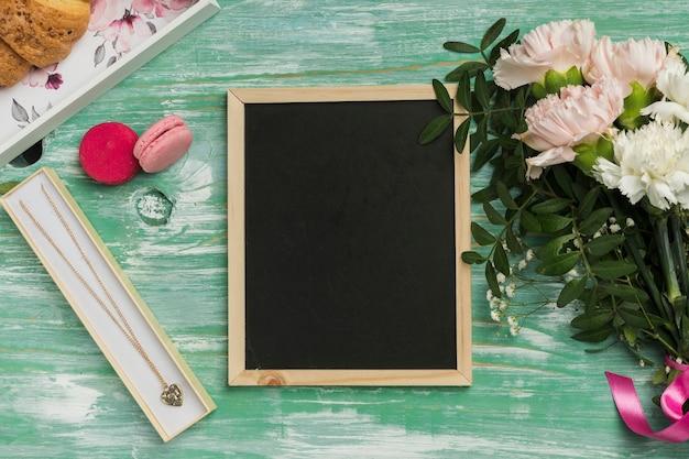 花と空の黒板
