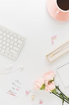 花とキーボードのトップビュー