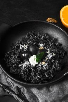 Черный рис с оливками крупным планом
