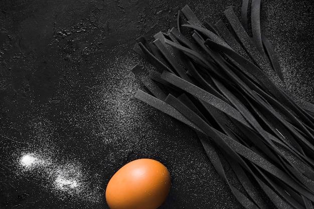 黒タリアテッレパスタと卵