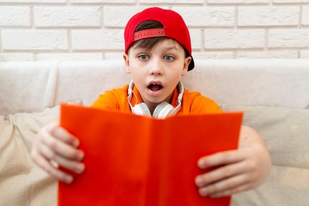 Высокий угол чтения молодого мальчика
