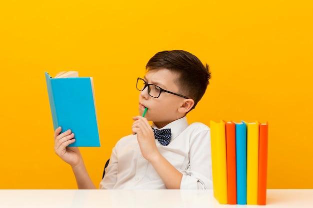 若い男の子は本を読んで