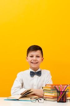コピースペースの小さな男の子の読書