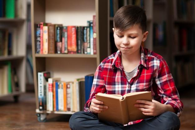 高角度の小さな男の子の読書
