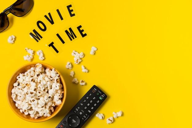 テレビのコピースペースポップコーンとリモート