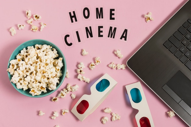 Домашний кинотеатр с ноутбуком и попкорном
