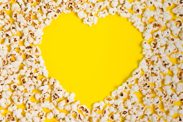 Вид сверху попкорн в форме сердца