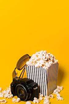 Высокий угол попкорн с камерой рядом