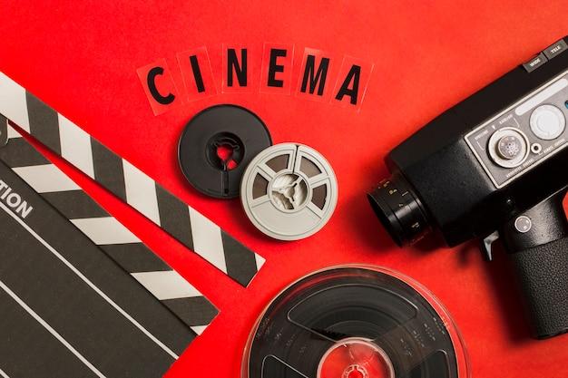 テーブルに横たわっていた映画機器