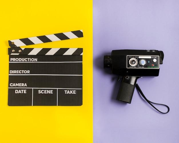 映画のスレートとカメラ