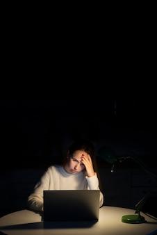 Женщина работает на ноутбуке с копией пространства