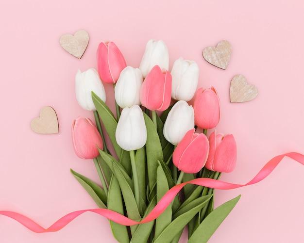 Вид сверху букет красивых тюльпанов