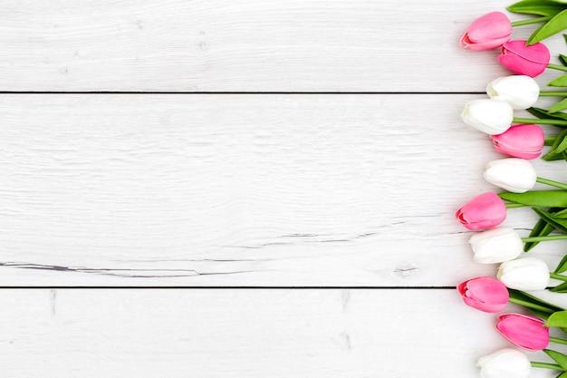 Вид сверху тюльпанов на деревянный стол