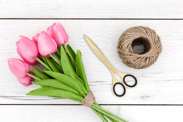 Вид сверху букет розовых тюльпанов