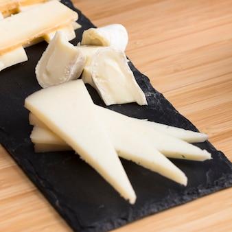 Высокий угол сыр на столе