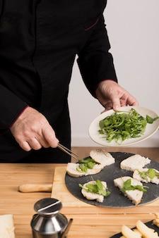 Крупный план шеф-повара на кухне