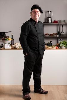 キッチンで高角度の男性シェフ