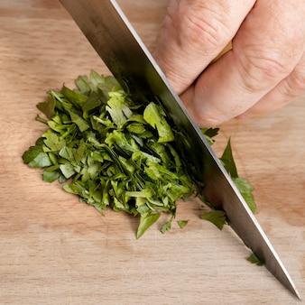 Шеф-повар режет петрушку