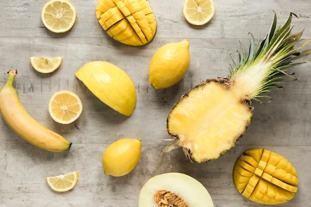 Вид сверху экзотических и свежих фруктов на столе
