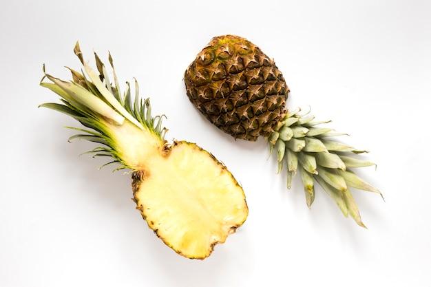 Вид сверху свежий ананас на столе