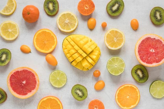 Вид сверху на выбор экзотических фруктов на столе