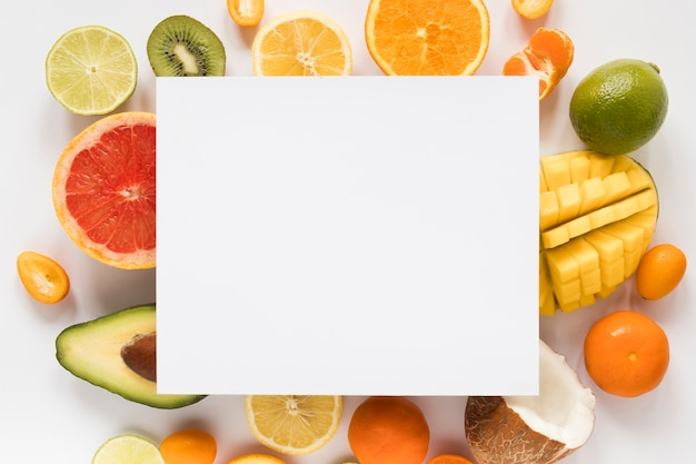 Вид сверху выбор экзотических фруктов с пустым знаком