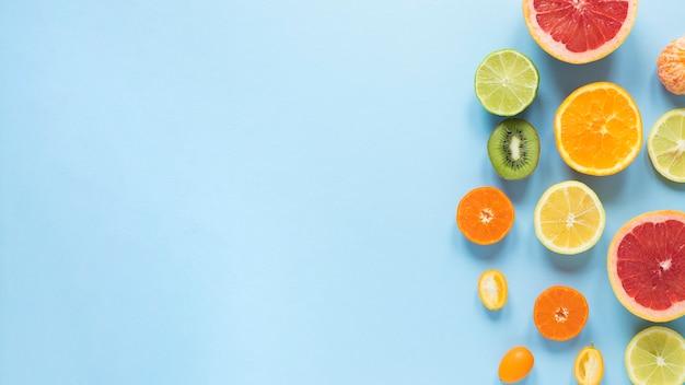 Вид сверху расположения экзотических фруктов с копией пространства