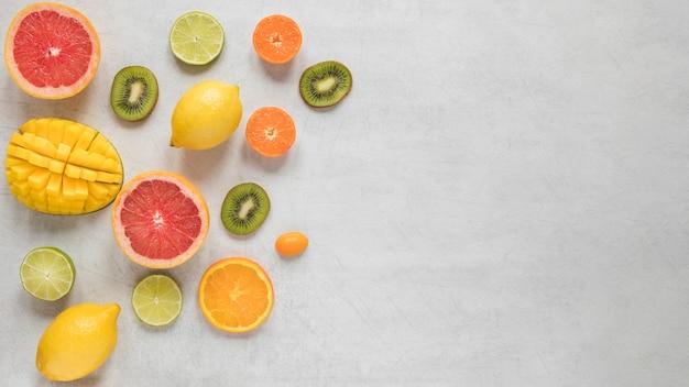 Вид сверху на размещение экзотических фруктов на столе