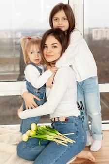 子供を抱いて母親